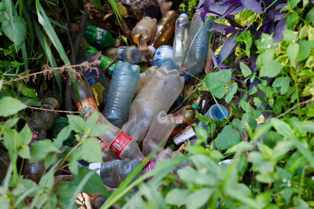 Muovipulloja kadunvarressa Nairobissa.