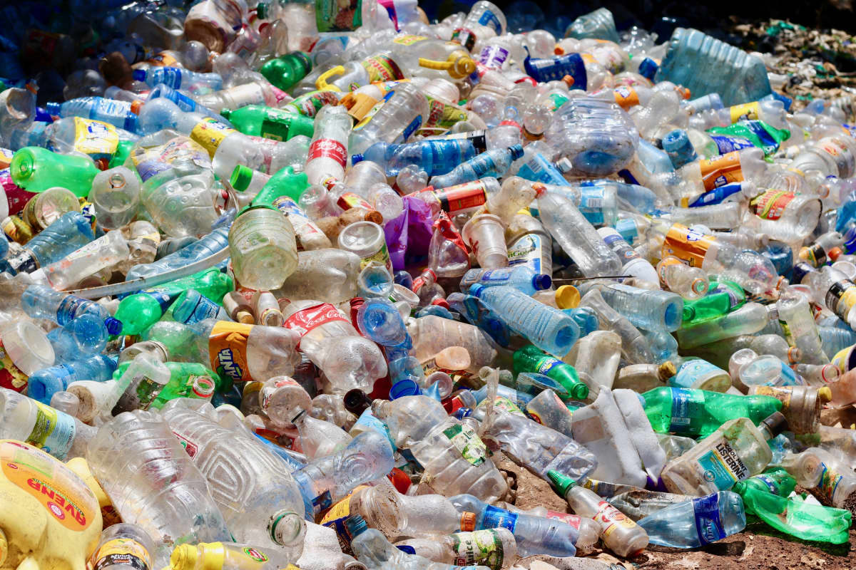 Muovipullokasa Nairobissa.