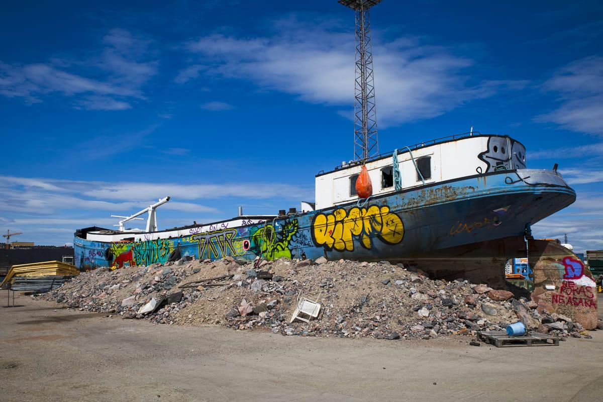 Sompasaaressa oleva laiva kuivalla maalla.