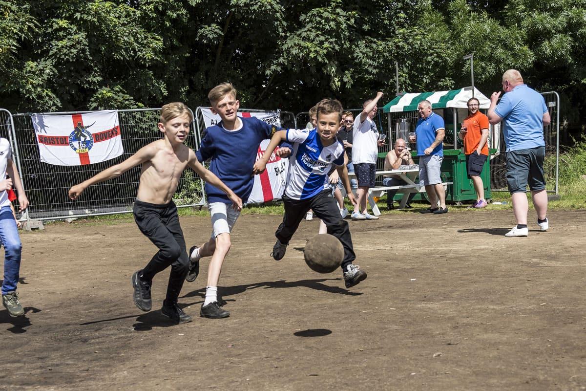 Pikkupojat pelaavat jalkapalloa Lontoossa.