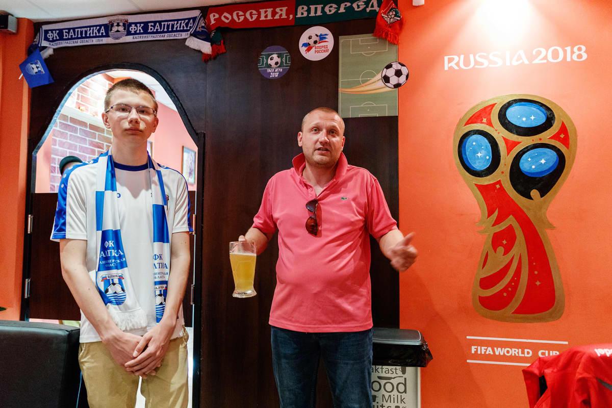 Rykov ja Karavski seisovat Hot Dog House baarin salissa. Karavskilla on kädessään oluttuoppi.
