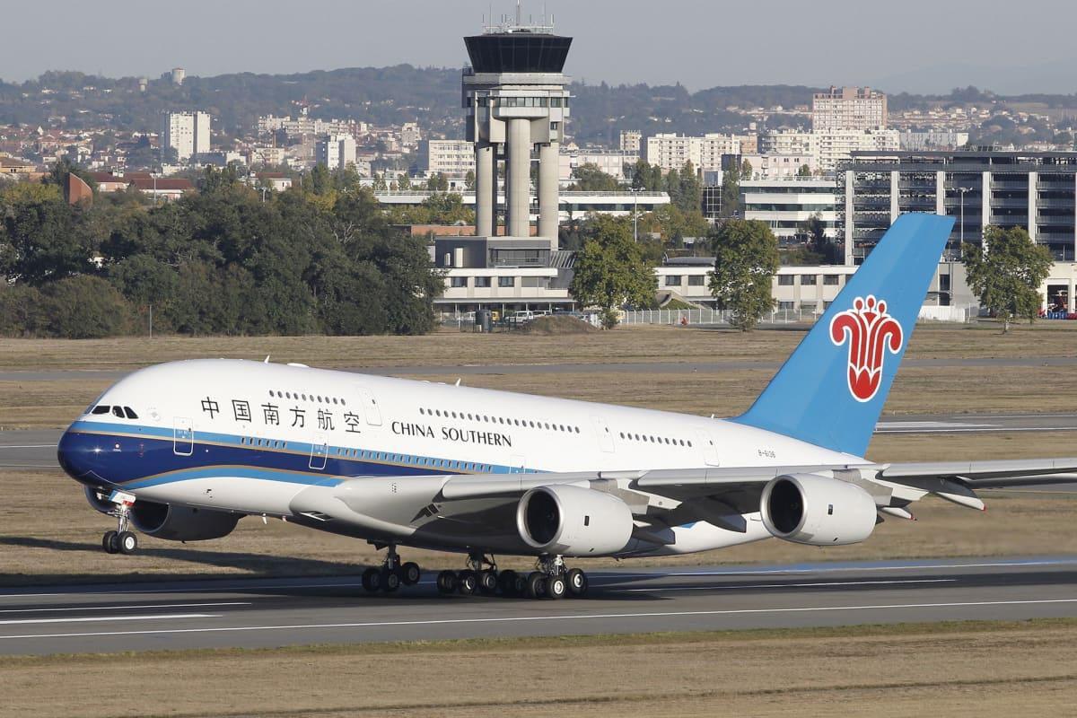 Airbus A380 nousee Toulousen lentokentältä.