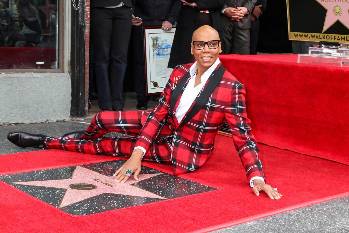 mies istuu punaisella matolla