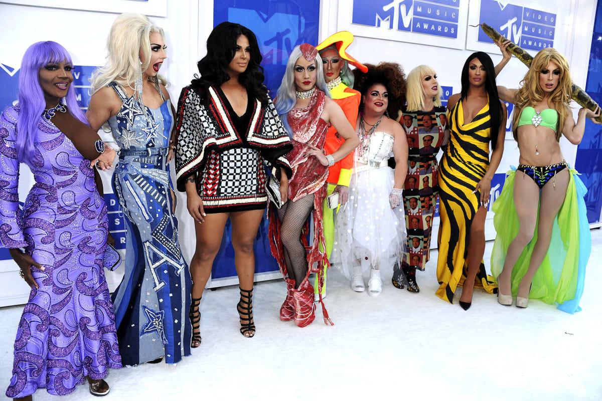 yhdeksän drag queenia
