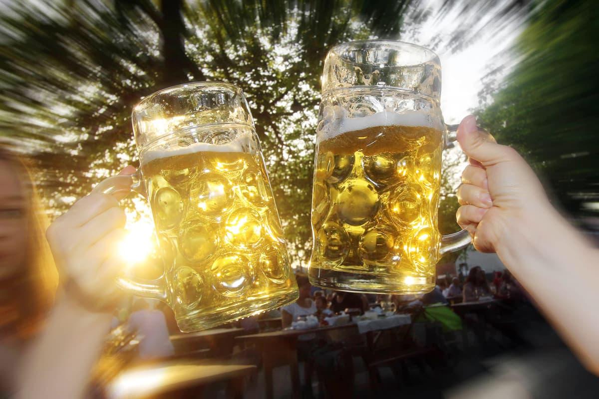 Oluttuoppeja kilistellään.