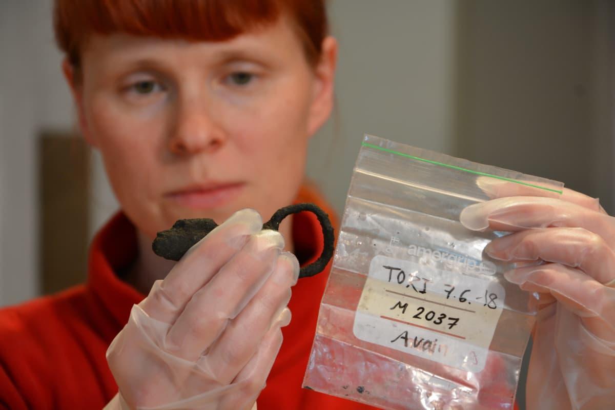 Arkeologi Heidi Martiskainen (ja Turun kauppatorin kaivauksissa löytynyt avain)