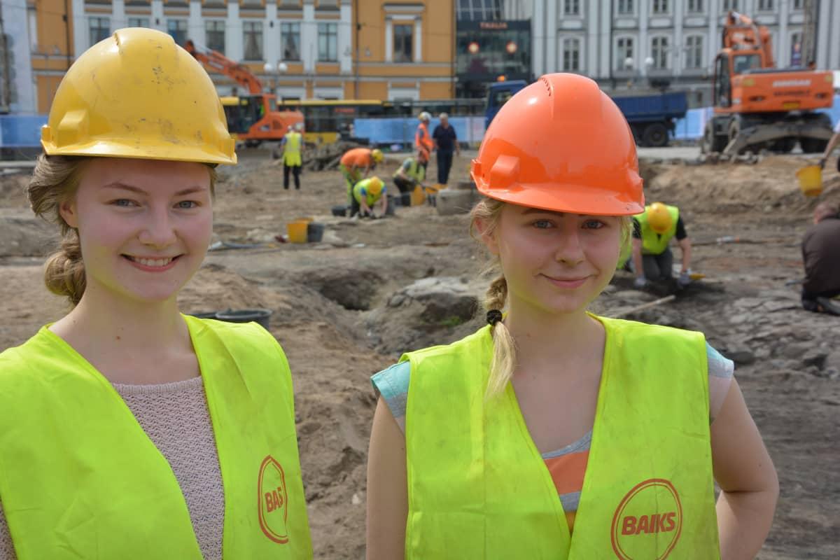 Veronica Lee ja Sesilia Niehaus (arkeologian opiskelijat, Turun kauppatorin kaivaukset)
