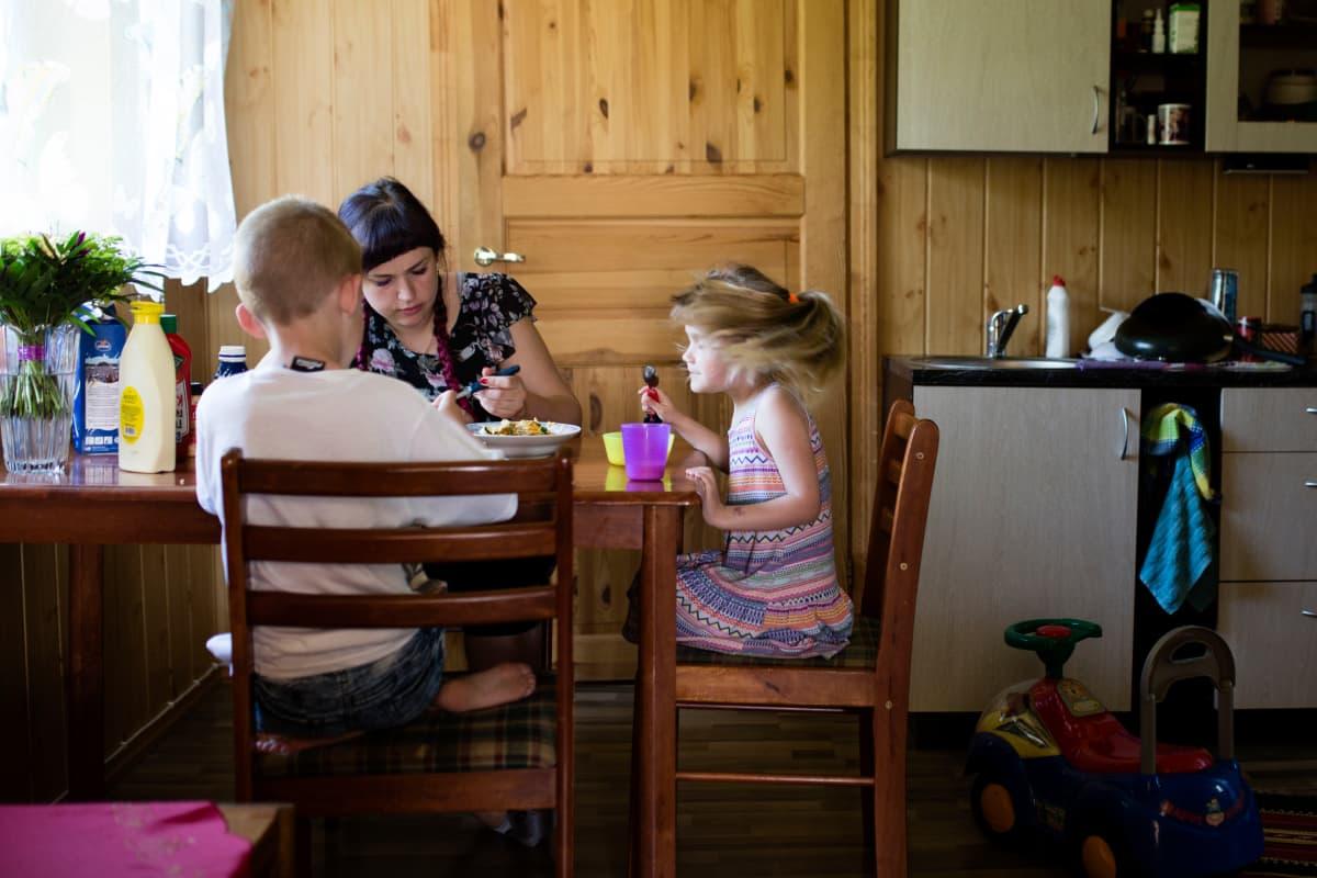 Vesikin lapset Derek (vas.) ja Dendra näkevät isäänsä vain kerran kuussa.