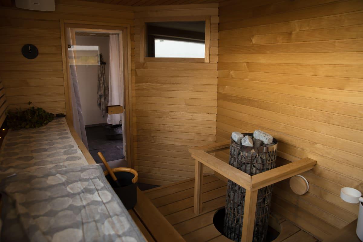 Merikonttiin rakennettu sauna sisältä lauteilta.
