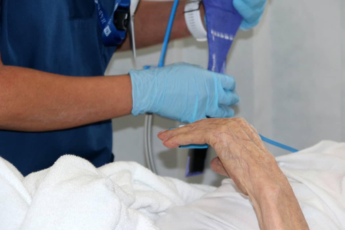Hoitaja ja potilas sairlaassa