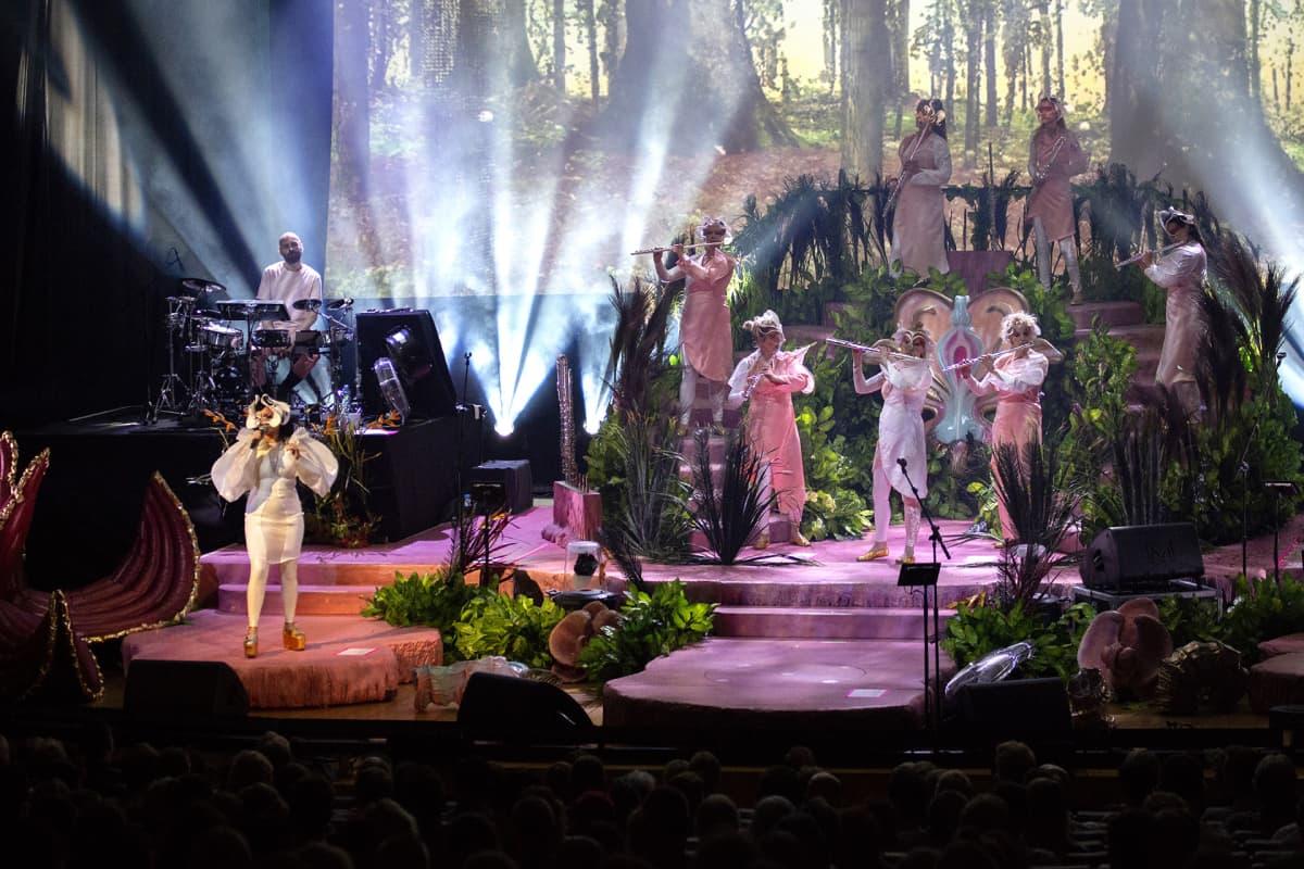 Björk lavalla bändeineen.