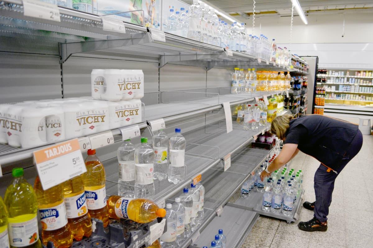 K-supermarketissa Orimattilassa osa juomahyllyistä ammotti tyhjyyttä.