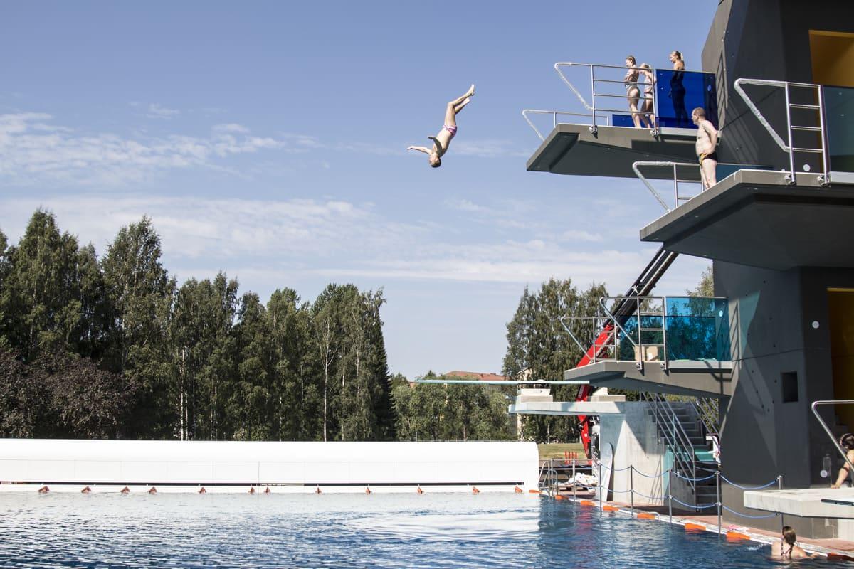 Uimahyppääjä Tampereen maauimalassa