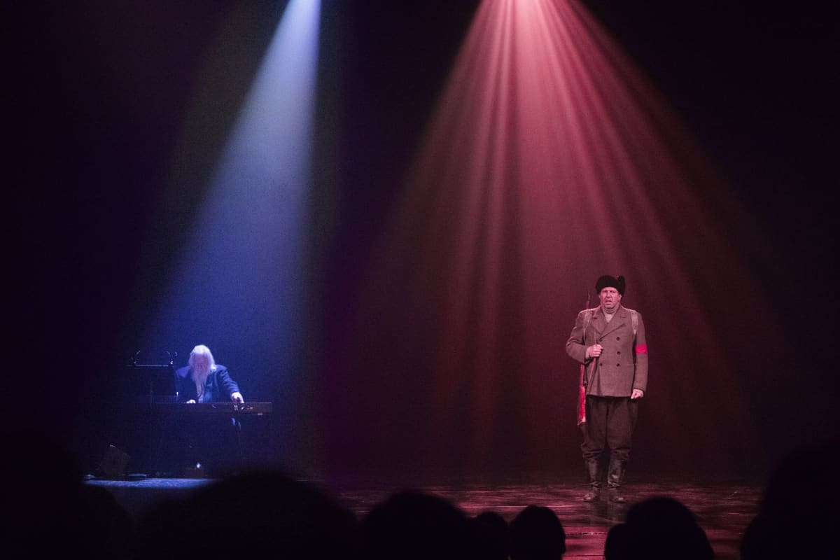 Metsäkansan laulu -melodraama kuului lauantain ohjelmaan. Leif Segerstam säestää Martti Suosaloa.