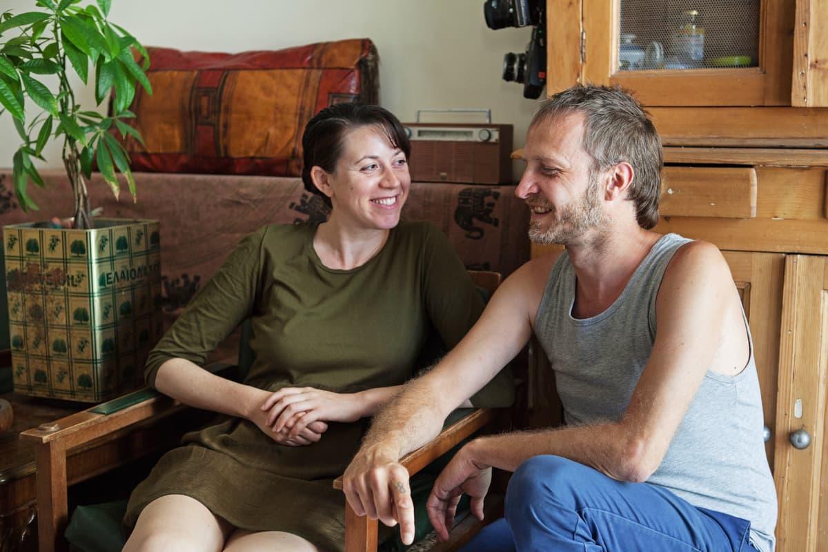 Alyssa ja Stéphane tuntevat monia Ateenaan muuttaneita ulkomaalaisia, jotka ovat saapuneet kaupunkiin vapaaehtoistöihin.