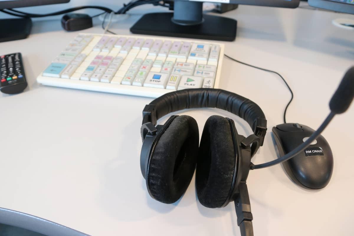 Radiokuulokkeet pöydällä.