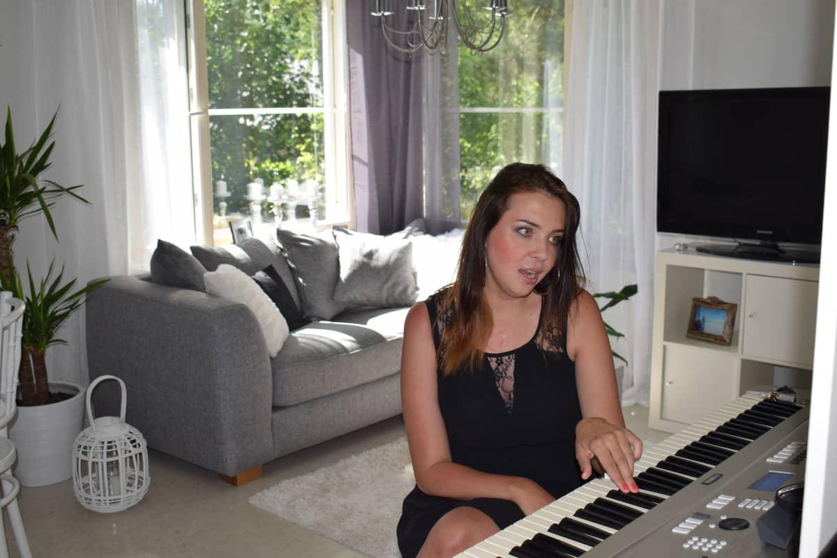 Kaisa Makkonen laulaa kotonaan päivittäin