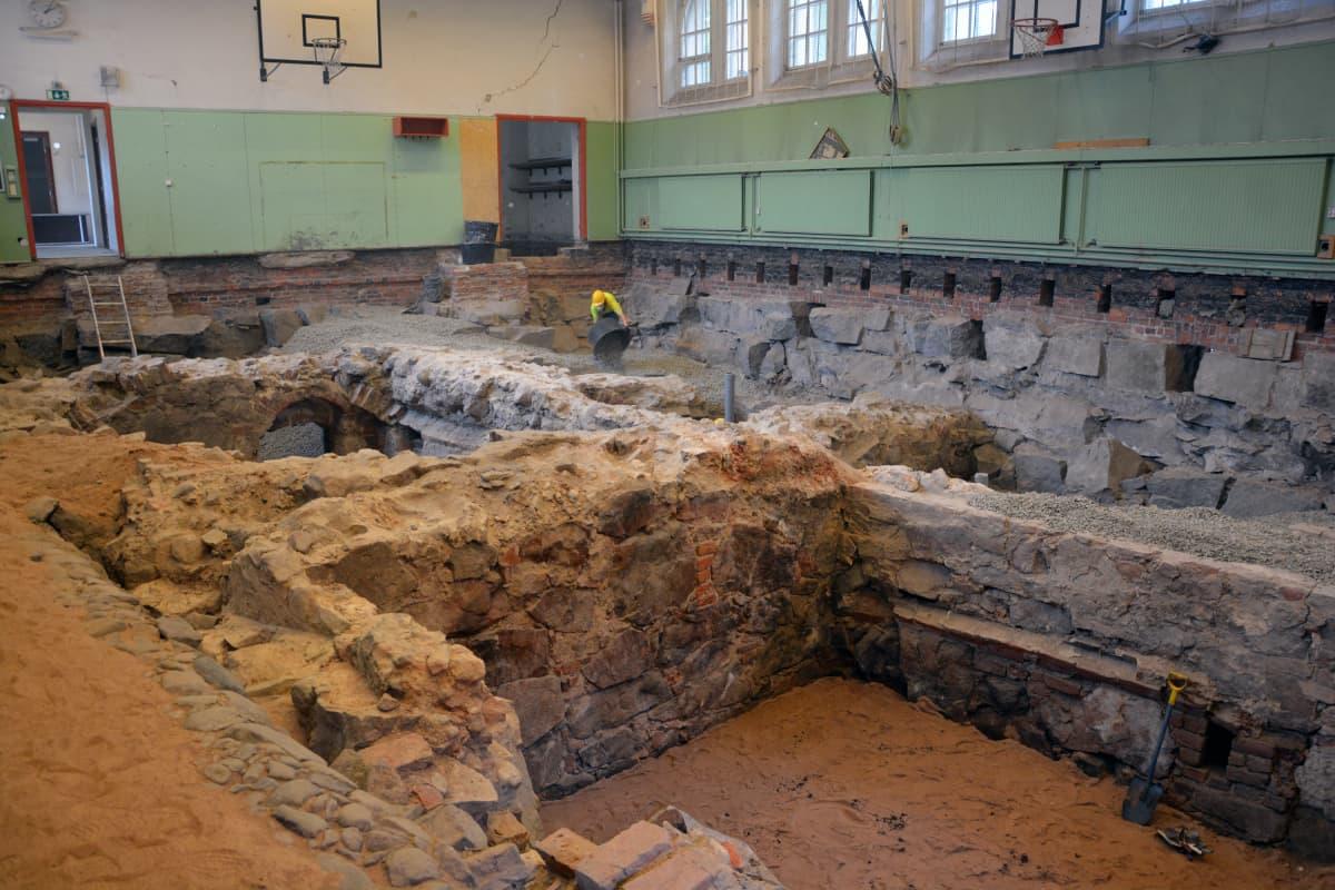 Turun Katedralskolanin kaivausten täyttämistä