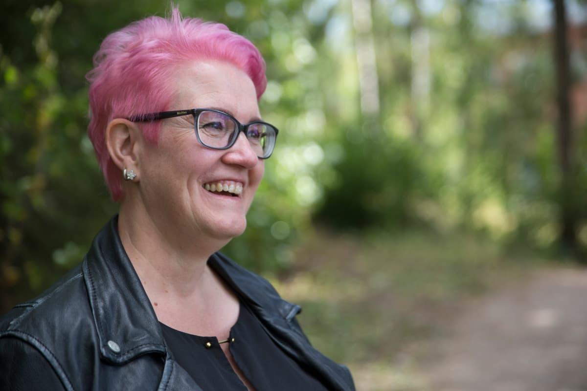 Maarika Wallenius Suomen Amerikanstaffordshirenterrieriyhdistyksen pentukummi