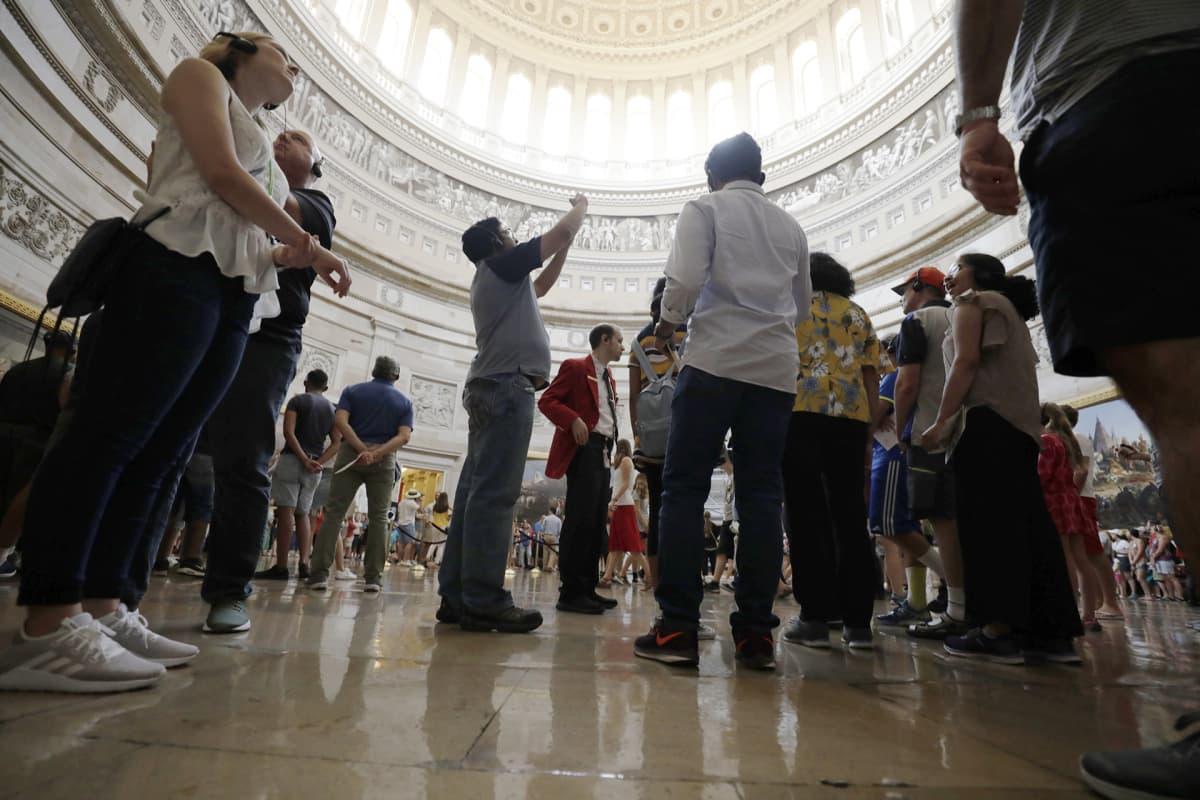 Kongressin Rotunda eli kupolisali kiinnostaa turisteja.