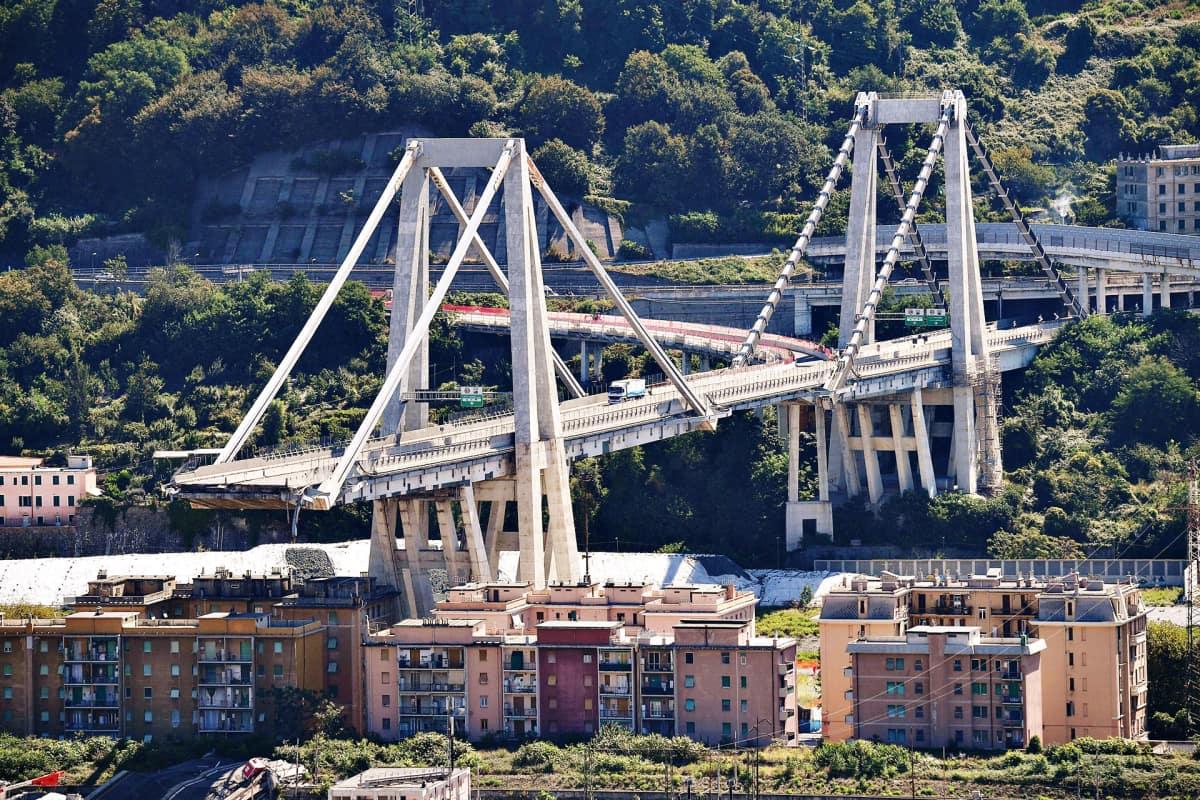 Näkymä Morandi-sillalle romahduksen jälkeen.
