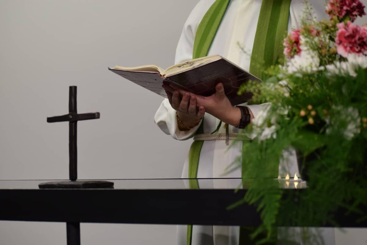 Pappi pitää vihkipuhetta alttarilla