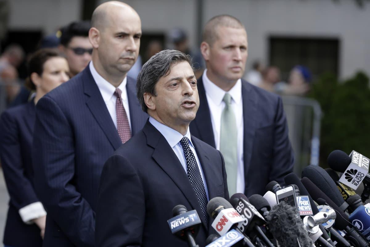 Robert Khuzami puhuu tiedotusvälineille sen jälkeen, kun presidentti Donald Trumpin henkilökohtainen ex-asianajaja Michael Cohen on ollut kuultavana Yhdysvaltojen liittovaltion tuomioistuimessa New Yorkissa.