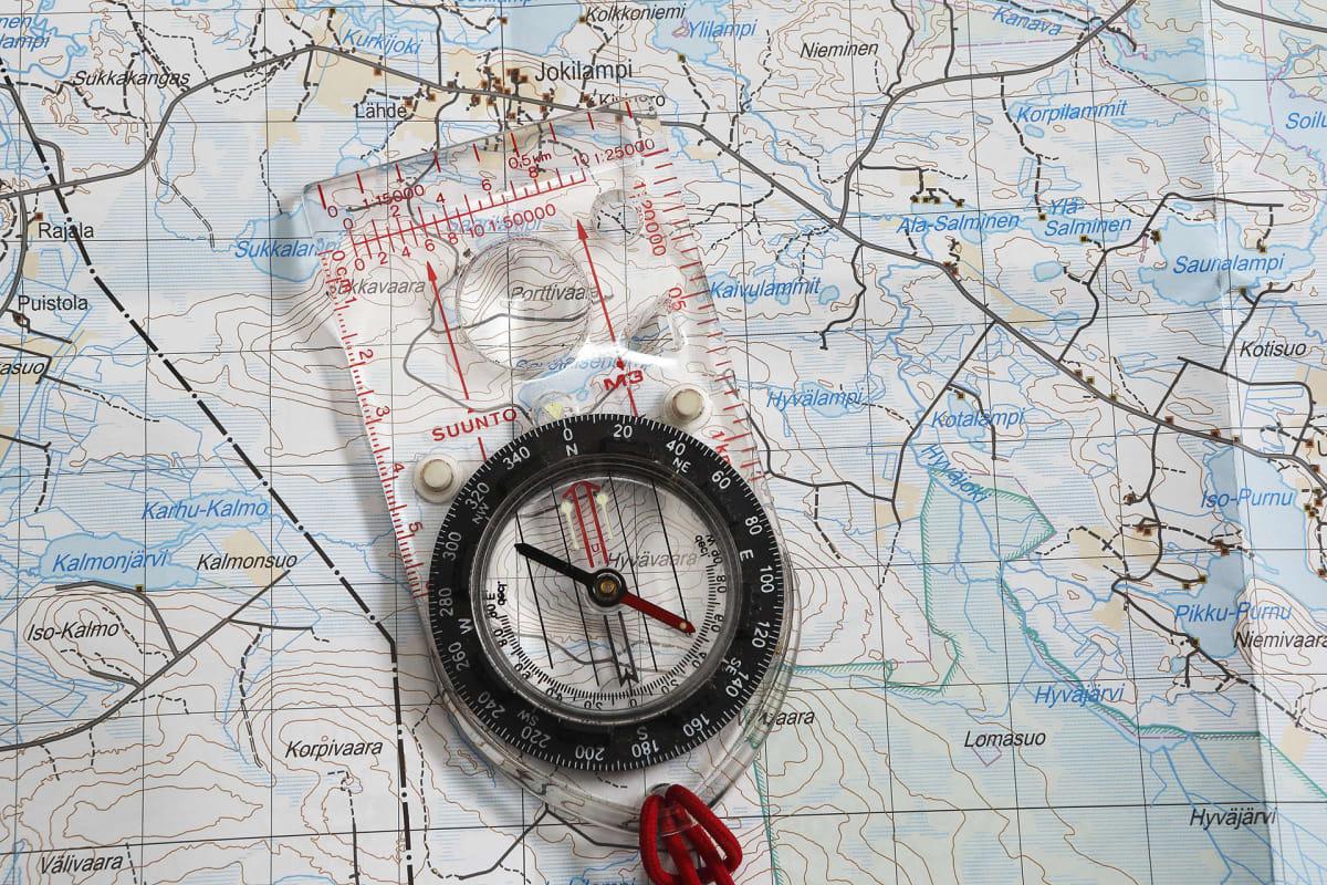 Kartta ja kompassi.