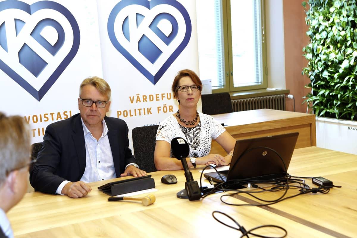 Peter Östman ja Sari Essayah.