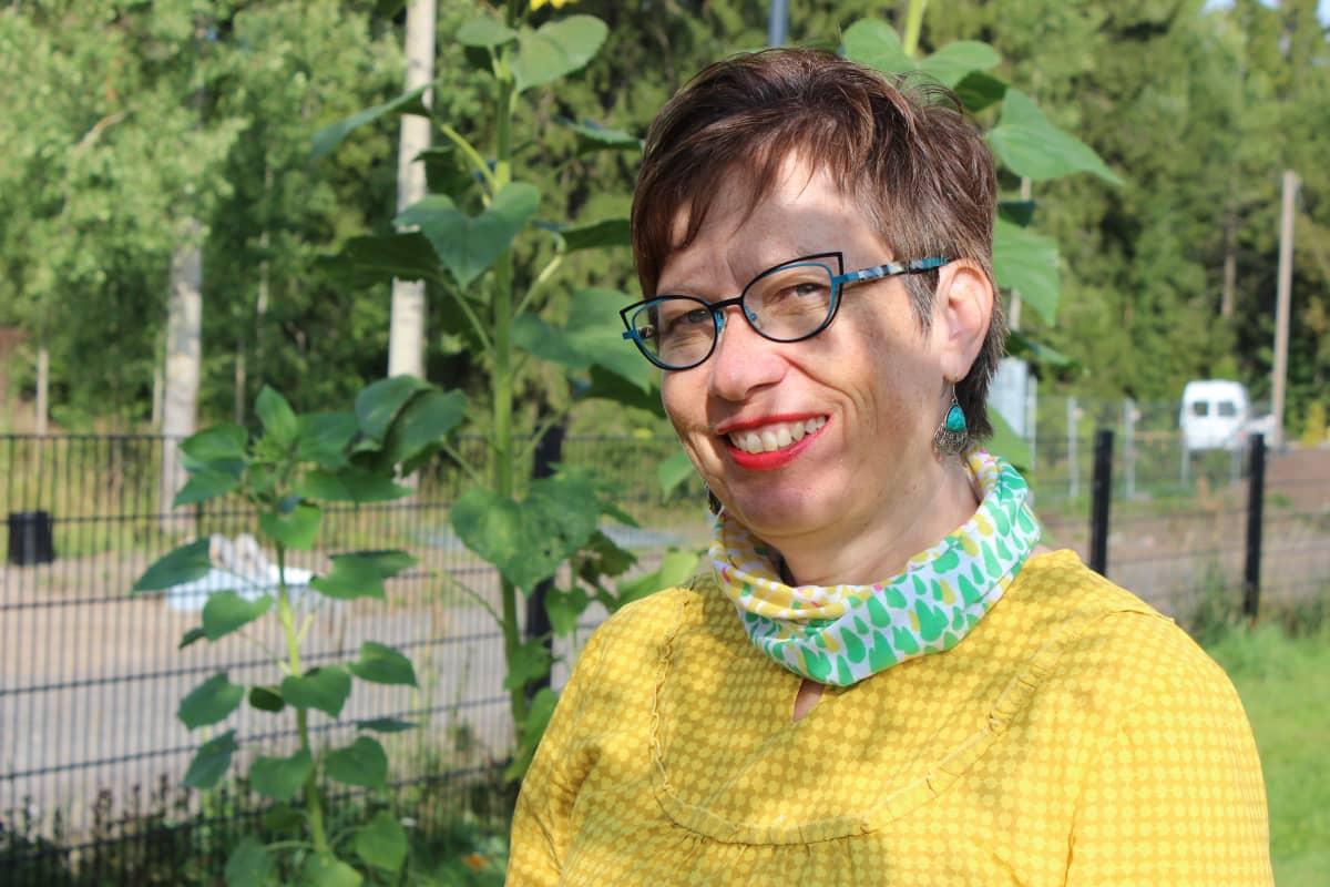 Lastentarhanopettaja Kati Laaksonen on lasten kanssa oppinut katsomaan puutarhaa uusin silmin.