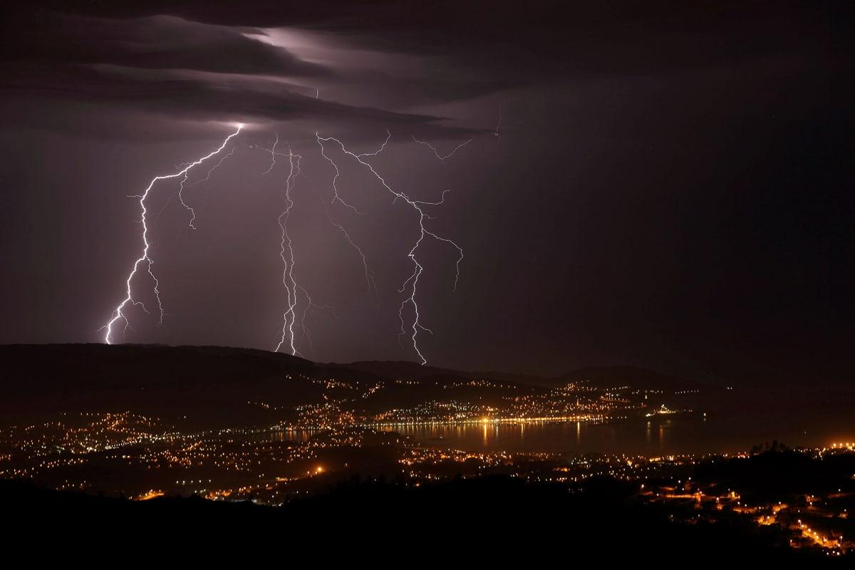 Ukkosmyrsky Vigon kaupungin yllä 4. syyskuuta Espanjassa.