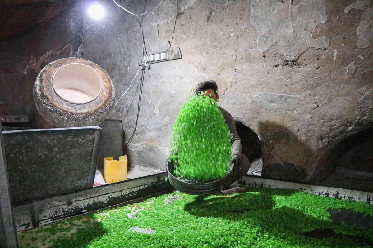 Afganistanilainen työntekijä valmistaa karamellejä Heratissa 4. syyskuuta.