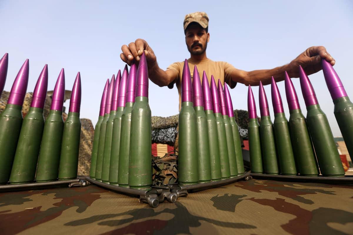 Pakistanin armeijan sotilas asettaa esille aseita puolustusvoimien juhlapäivää varten 5. syyskuuta Peshawarissa.