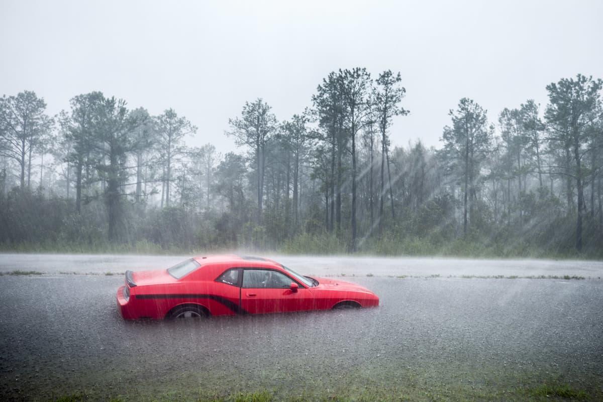 Hylätty auto hurrikaani Florencen nostamassa tulvassa