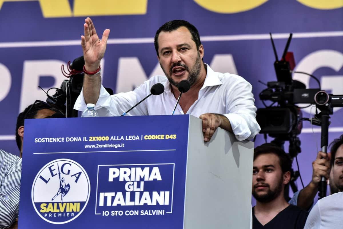 Puoluejohtaja Matteo Salvini puhuu La Legan puolukokouksessa Italian Bergamossa.