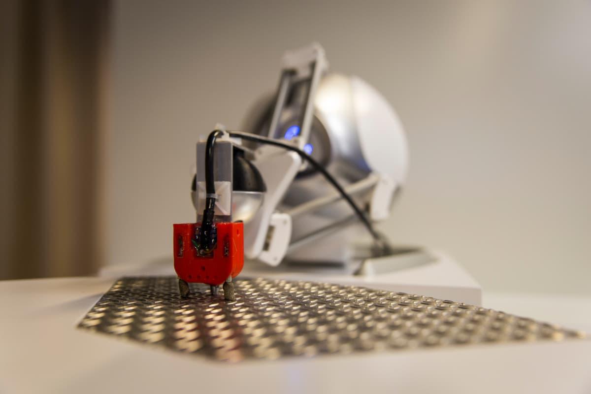 Etäohjattavalla robotilla käyttäjä voi tuntea sormissaan jopa pintojen eroja.