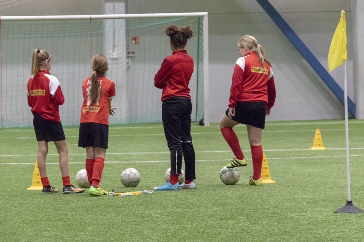 Oululaisen ONS:n pelaajia Heinäpään jalkapallohallissa.