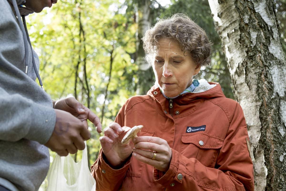 Anne Rautiainen tutkii sientä