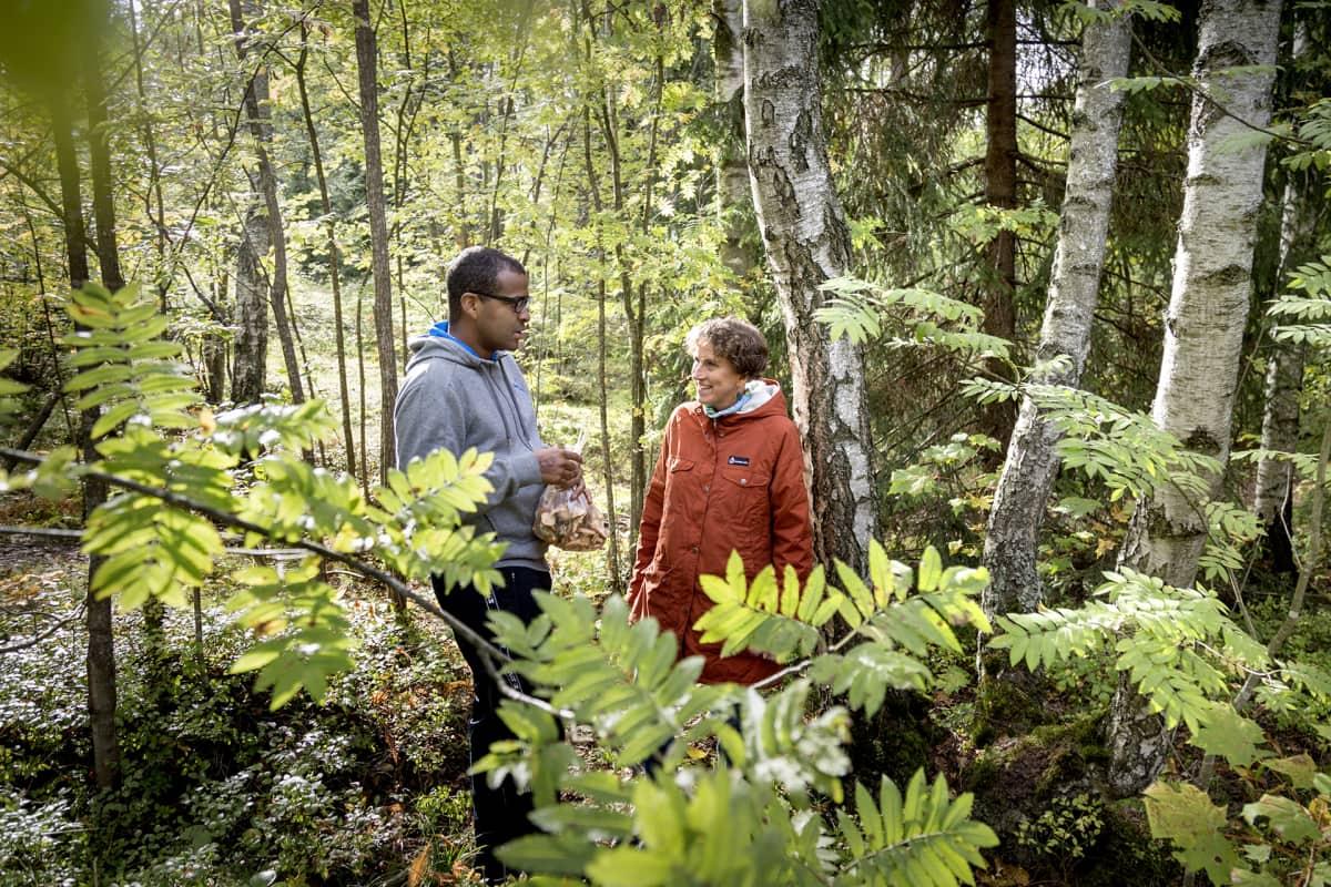 Kolumbiasta kotoisin oleva Jorge Sinisterra harrastaa sienestystä. Hän esittelee metsässä sienisaalistaan Anne Rautiaiselle.