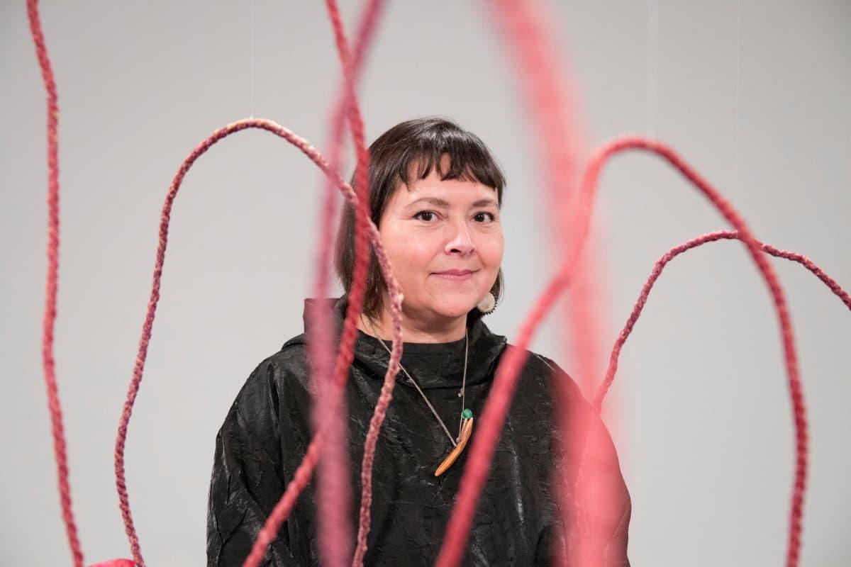 Sonya Kelliher-Combs on taustaltaan inupiaq eskimo ja athabascan intiaani, irlantilainen ja saksalainen.