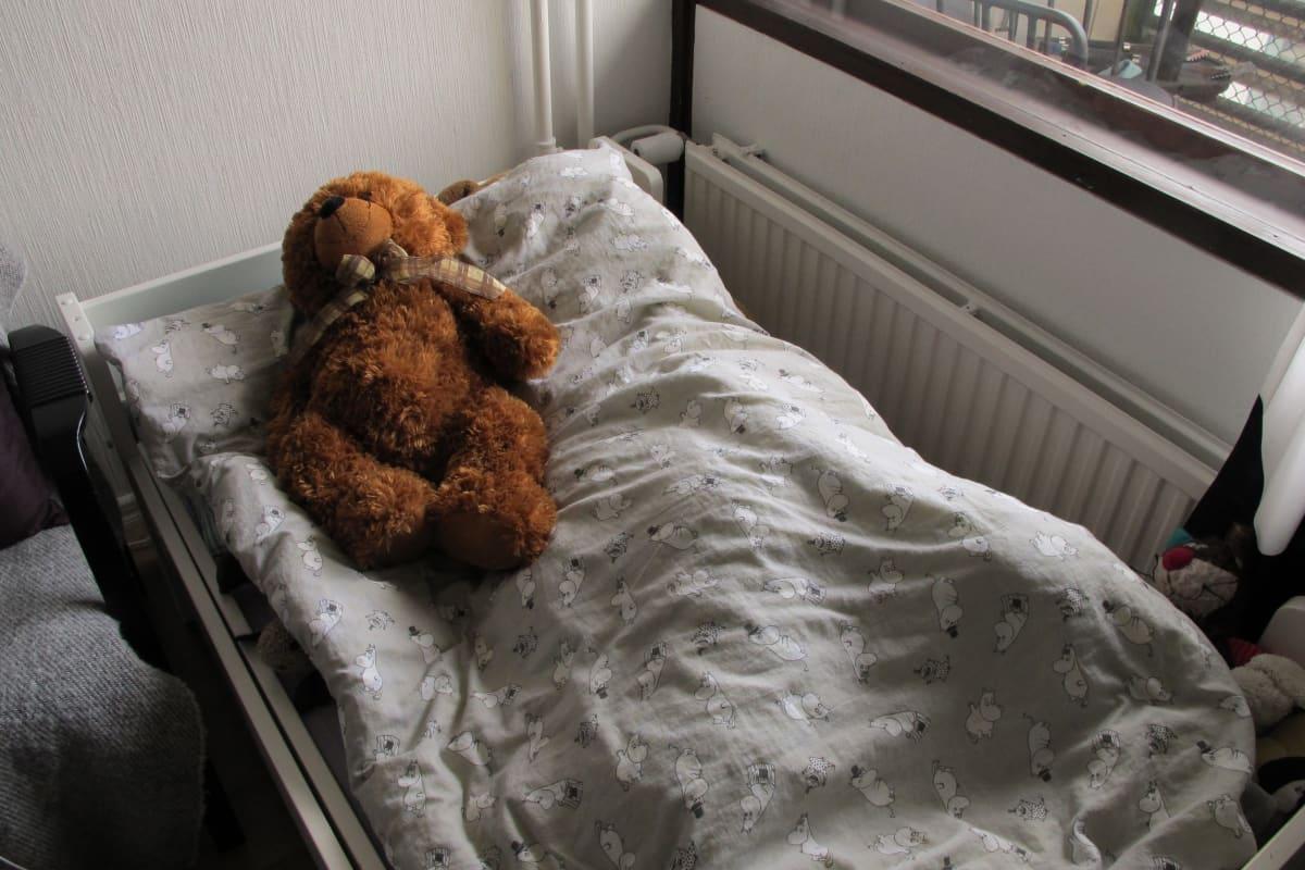 Älytermostaatti sängyn takana