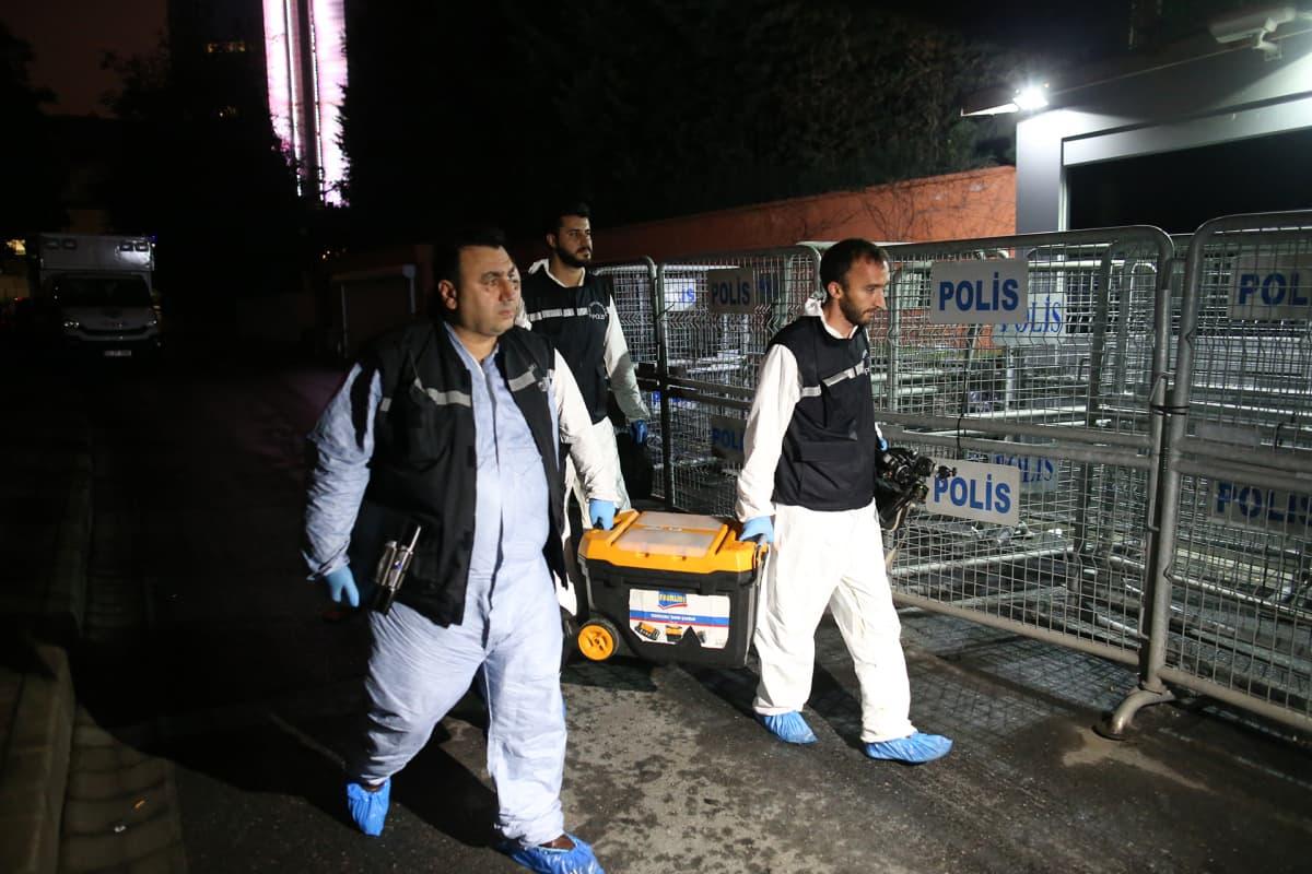 Rikospaikkatutkijat saapuvat Saudi-Arabian konsulin virka-asunnolle Istanbuliss 17. lokakuuta.