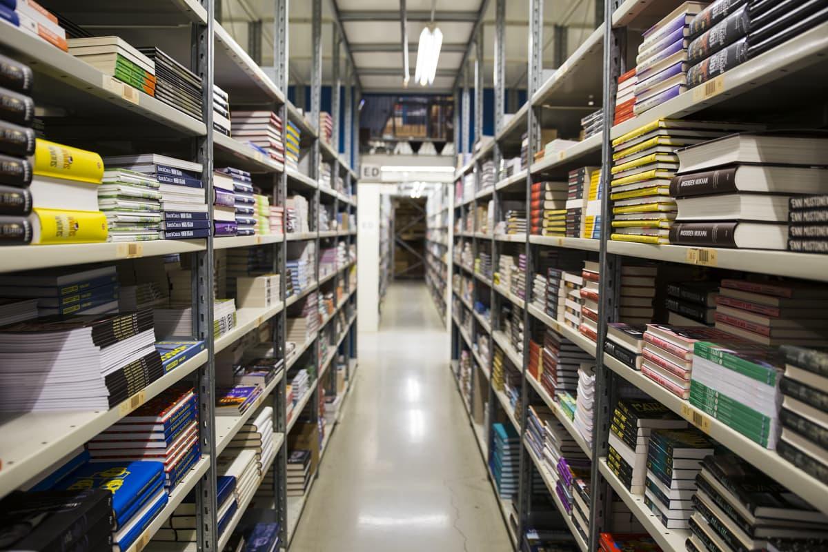 Hyvinkäällä sijaitsevassa Kirjavälityksen varastossa on 12–13 miljoonaa kirjaa.