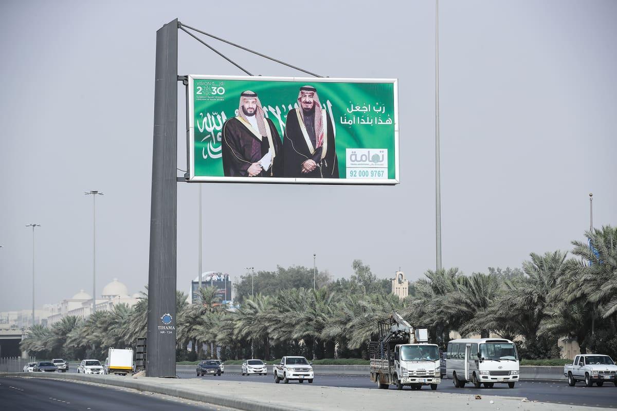 Kuningas Salman bin Abdulazizin  ja prinssi  Mohammad Bin Salmanin kuvat katukyltissä Riadissa.