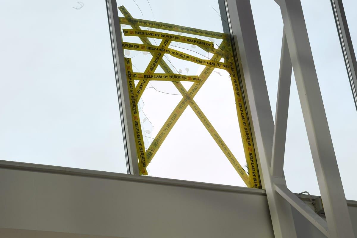 Kauppakeskus Jumbon rikottu ikkuna Laatukorun myymälän yläpuolella Vantaalla 27. lokakuuta.