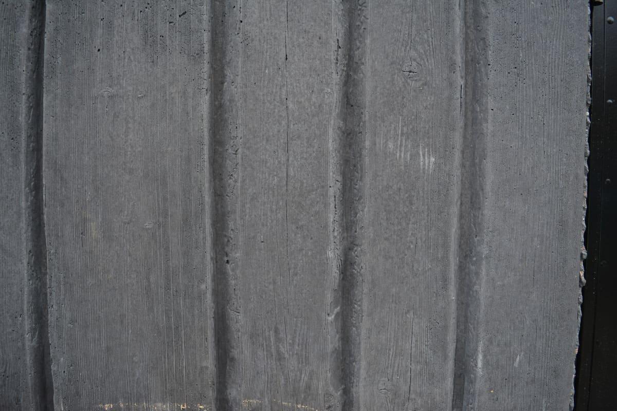 Viskivaraston laudalta näyttävä pinta on betonia.