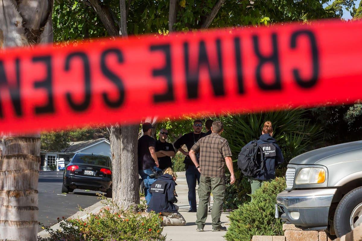 FBI etsimässä todisteita epäillyn joukkoampujan kotoa. Agentit kokoontuneina epäillyn pihalle.