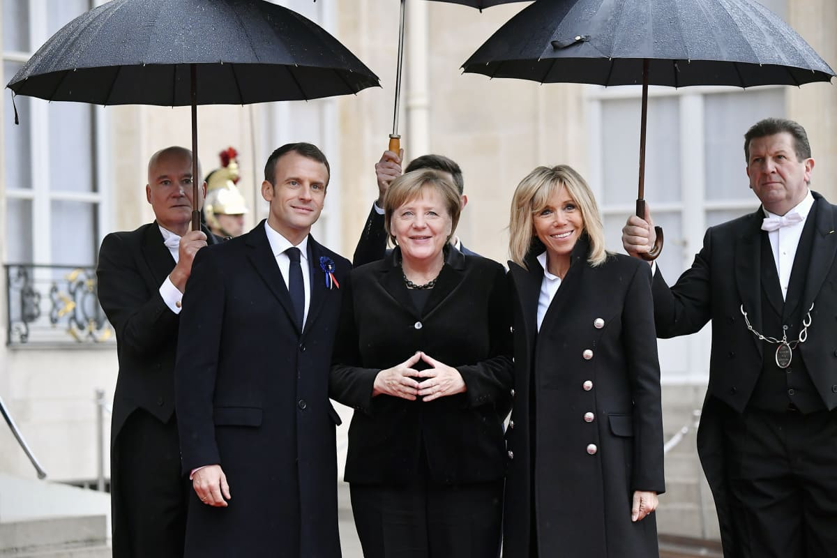 Emmanuel Macron,  Angela Merkel ja  Brigitte Macron muistotilaisuudessa Pariisissa.