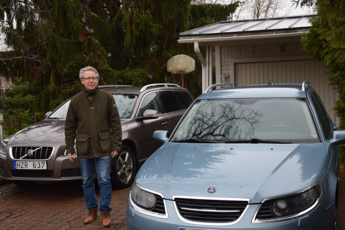Juha-Pekka Aikolan pihassa on kaksi Ruotsista tuotua autoa.