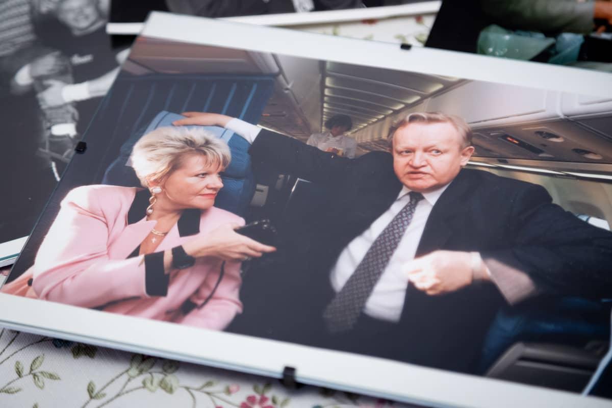 Valokuvassa toimittaja haastattelee presidentti Ahtisaarta lentokoneessa.
